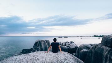 Uomo sguardo al mare