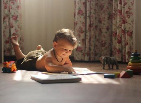 Bambino che legge